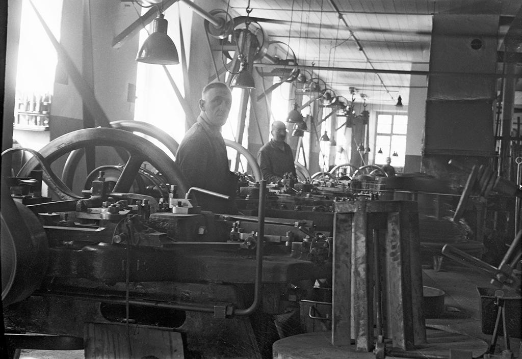 Aufnahme der industriellen Produktion von Nägeln mit Nagelmaschinen